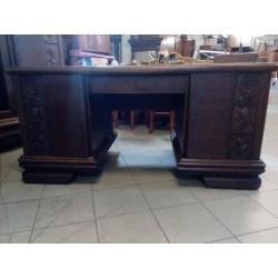 Pięknie rzeźbione biurko...